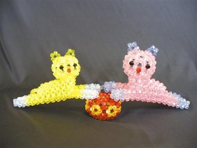 """用珠子""""编织""""各种形状的花瓶"""